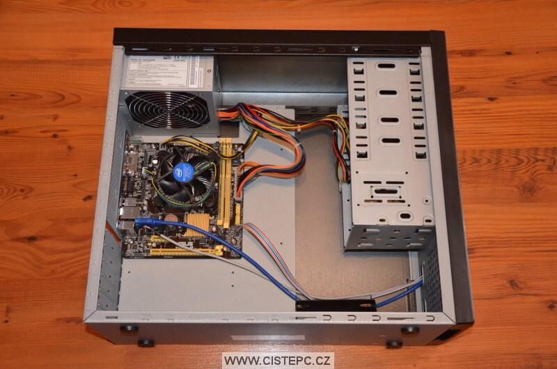 vnitřek počítačové skříně